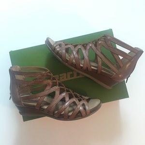 cf3411319f57 Earth Shoes - Earth Juno Tan Sandals- NWT
